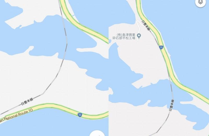 日本近日的Google地圖上,發生鐵路線彎到湖中的離譜錯誤。(圖擷取自推特)