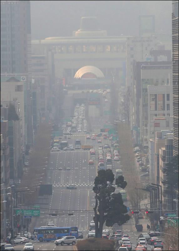 包括首都首爾在內的南韓部分地區,粉塵的濃度居高不下。圖為首爾瑞草區的地鐵瑞草站附近街道和建築物,均遭粉塵造成的灰霾籠罩,凸顯南韓空氣品質近年持續惡化。(歐新社檔案照)