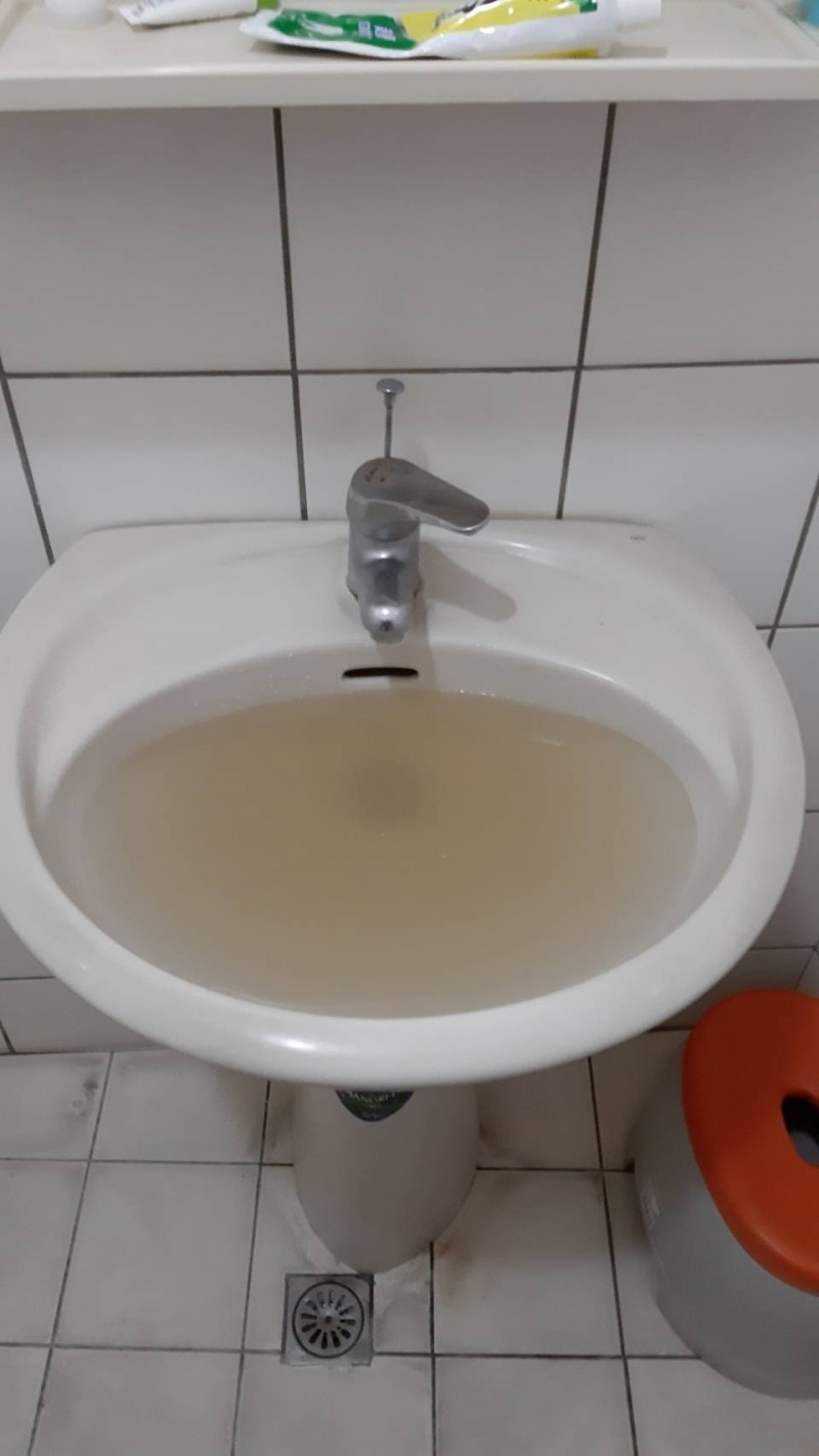 疑施工不慎!基隆新西里600戶自來水現黃泥