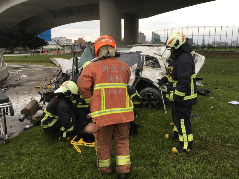 消防人員準備將駕駛送醫搶救。(記者曾健銘翻攝)