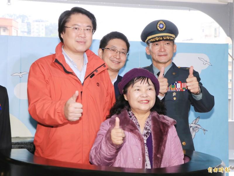 基隆市長林右昌(左)、立委蔡適應(左後)參訪敦睦艦隊。(記者林欣漢攝)