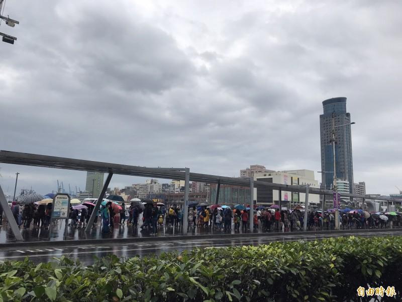 要看敦睦艦隊的排隊人龍從東五碼頭排到海洋廣場,綿延2公里長。(記者林欣漢攝)
