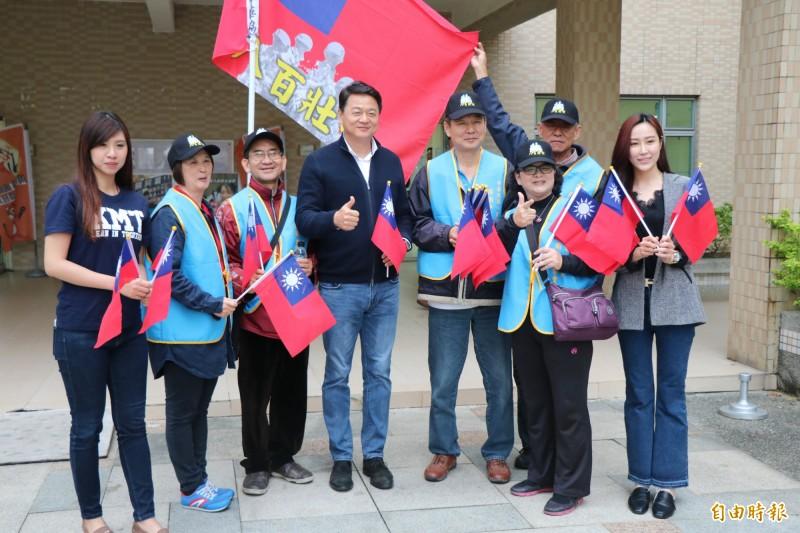前台北縣長周錫瑋(左4)今到台南永康召開座談會。(記者萬于甄攝)