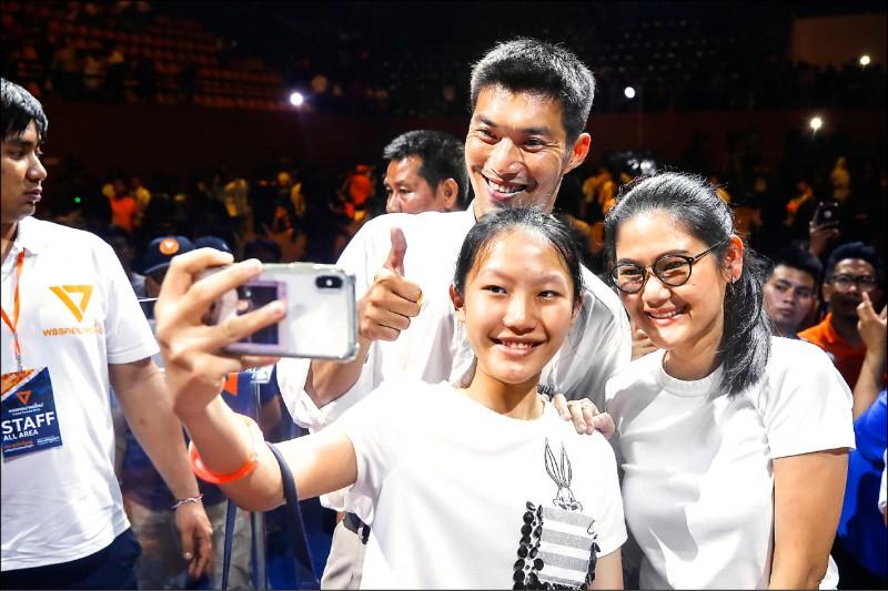 獲年輕族群青睞的泰國「未來前進黨」總理候選人他納通(中),在選前之夜與支持者開心自拍。(歐新社)