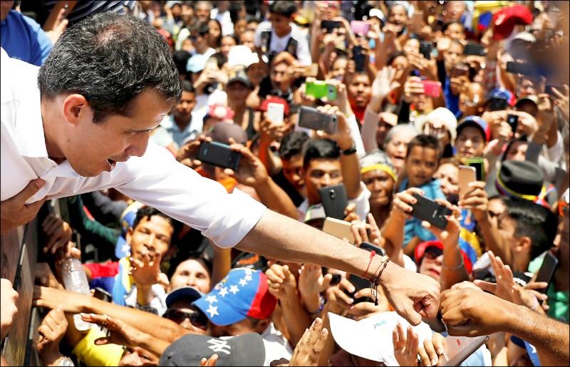 委內瑞拉反對派領袖、自封為臨時總統的瓜伊多廿二日與支持者會面。(路透)