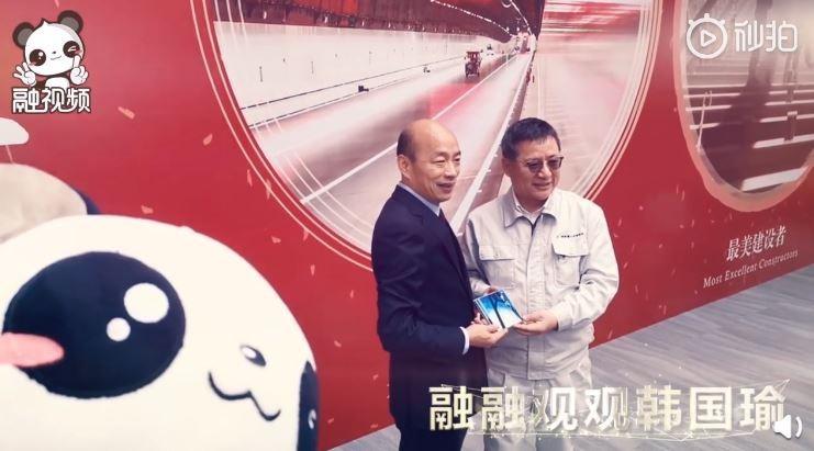 韓國瑜出訪香港、澳門等地,海峽兩岸互聯網交流委員不僅熱烈歡迎,還將韓出訪的影片拍成MV,搭配上主題曲《來吧,來吧,老韓》。(圖擷取自微博)