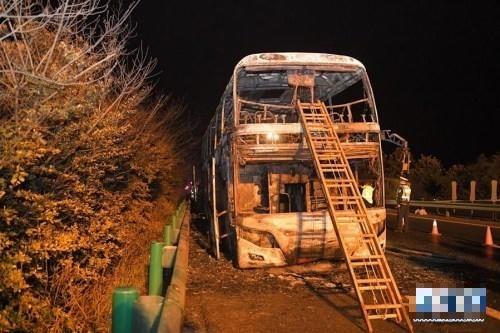 中國湖南長沙高速公路遊緊車火燒車,致26死、28傷。(圖擷取自網路)