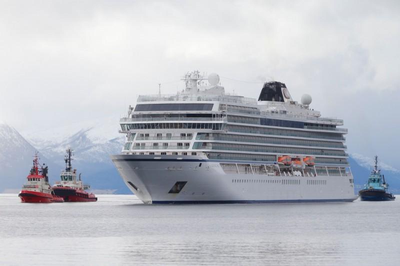 挪威維京遊輪公司旗下的豪華遊輪「維京天空(Viking Sky)」,23日因引擎突然失去動力受困挪威海域,後來被拖往挪威的港口。(法新社)