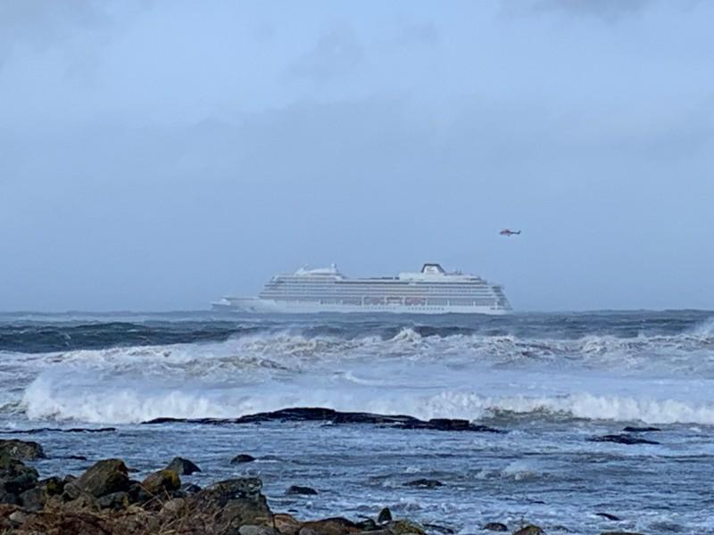 維京遊輪公司的「維京天空(Viking Sky)」豪華遊輪,受困在挪威海域,1300餘名乘客正持續撤離中。(法新社)