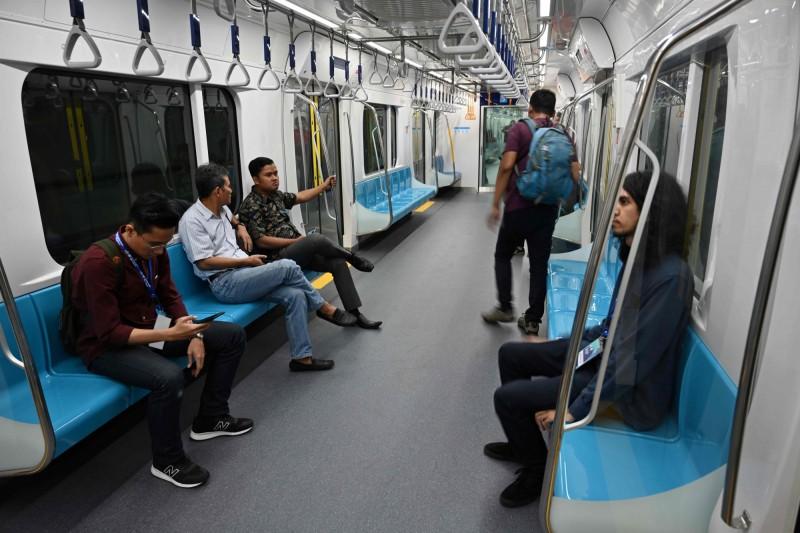 外媒指出,印尼首條地鐵的目標是在今年年底前,每天運送約13萬人次。(法新社)