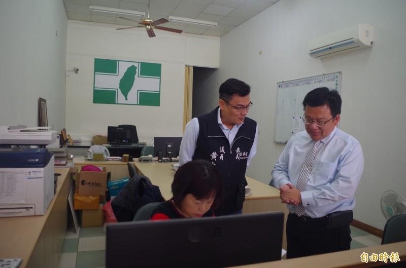 李俊俋(右一)今上午繳交候選人登記申請書、民調及保證金等費用。(記者王善嬿攝)