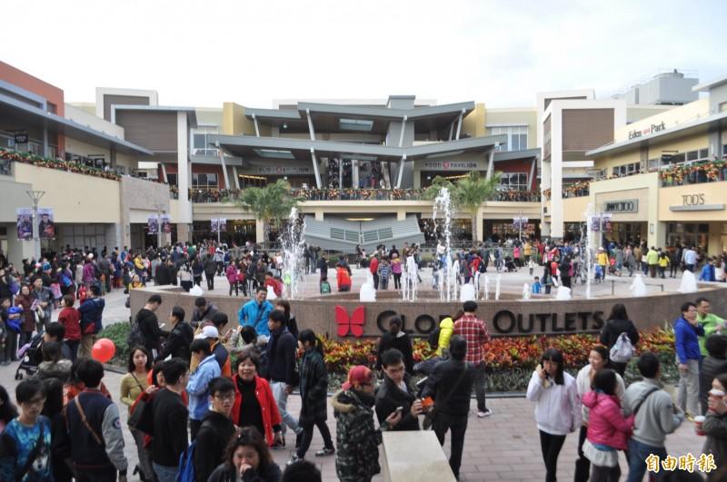 華泰名品城一期開幕時的人潮盛況。(資料照,記者李容萍攝)