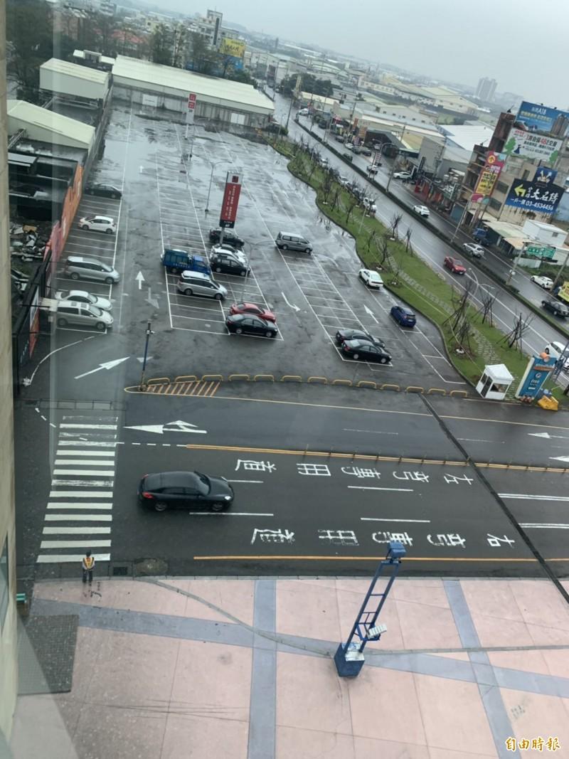 大江購物中心完成二期用地(現為戶外停車場)完成變更,準備開發擴大版圖。(記者李容萍攝)
