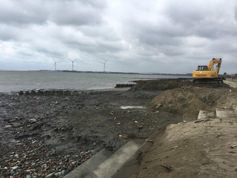苗縣府漁港清沙廢土倒西湖濕地  水利署要求明後天清除