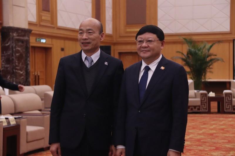 高雄市長韓國瑜(左)昨晚會晤深圳市委書記王偉中(右)。(中央社)