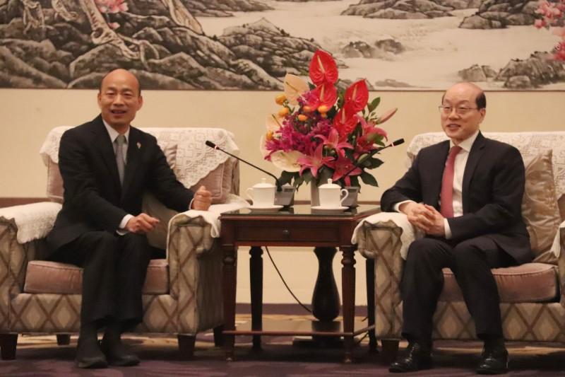 高雄市長韓國瑜(左)與國台辦主任劉結一(右)會面後,今(25)日晚間舉行記者會,提到「中華民國」,一度引起網友討論。但網友發現,韓國瑜只是在講古,而且全是中共承認的史實。(中央社)