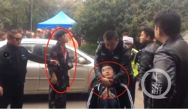 中國武漢大學昨(24)日下午傳出有校警毆打賞櫻青年,據悉是其中一名男子被保全懷疑穿著「和服」(左紅圈),2名男子因此遭4名保全毆打。(圖取自《上游新聞》)