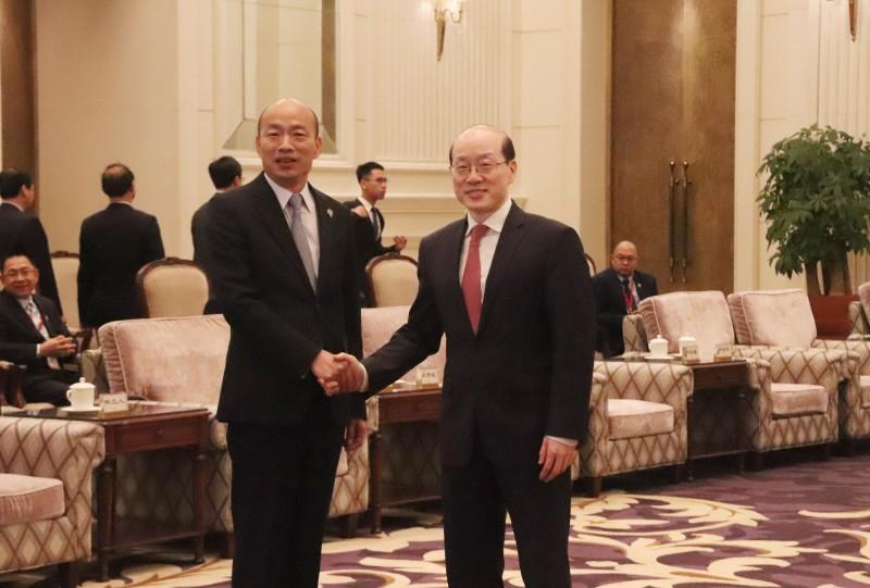 高雄市長韓國瑜(左)今在深圳會見中國國台辦主任劉結一(右)。(中央社)