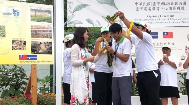 諾魯技術團長與外交部職員女友求婚成功,有2位總統作為見證。(圖擷取自蔡英文臉書)