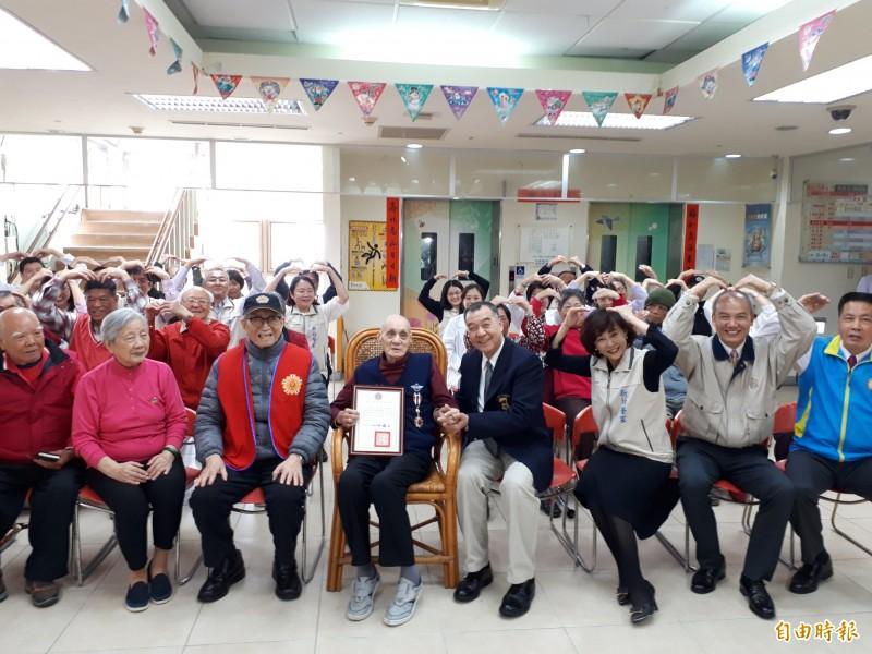 新竹榮民之家88歲老榮民劉明芝捐出價值700萬元的房產,今天獲退輔會頒發一等獎章,感佩其無私奉獻精神。(記者洪美秀攝)