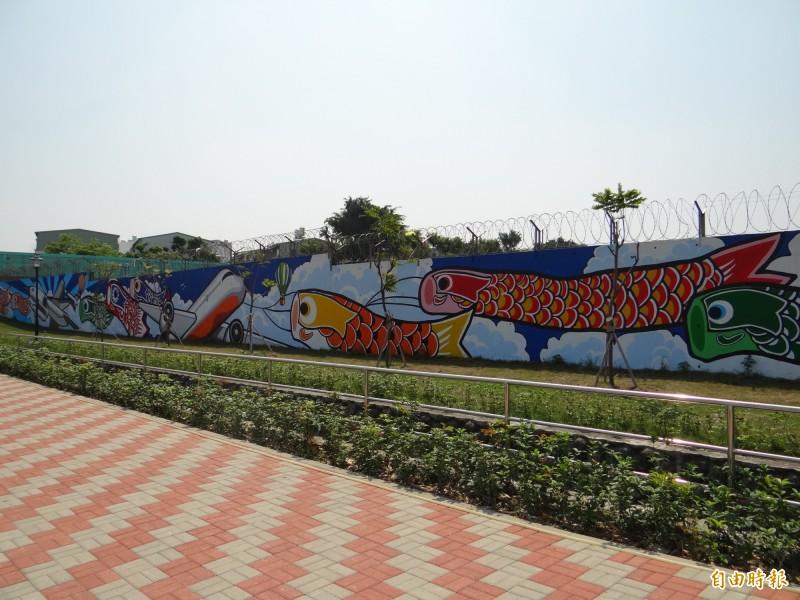 南市南區大恩特色公園把空軍基地呆板圍牆彩繪亮起來!(記者王俊忠攝)