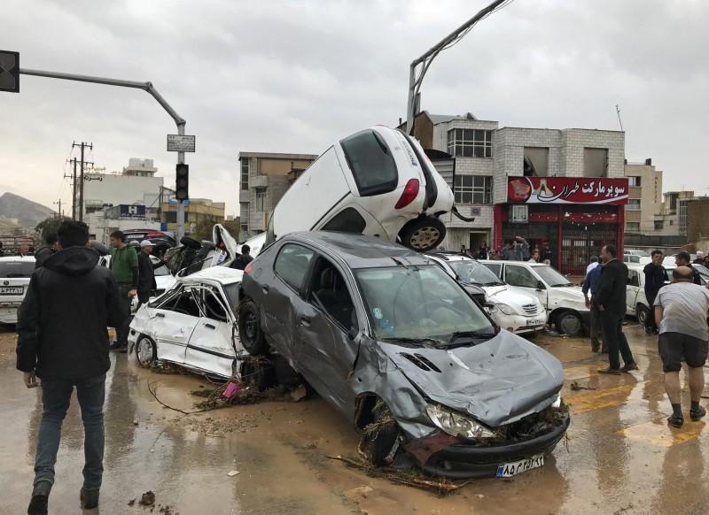 伊朗南部法爾斯省山洪暴發,已造成至少18人死亡,另有約100人受傷。(美聯社)