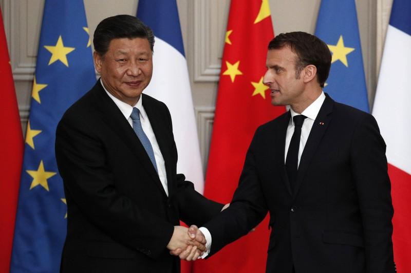 習近平訪問法國。圖右為法國總統馬克宏。(美聯社)