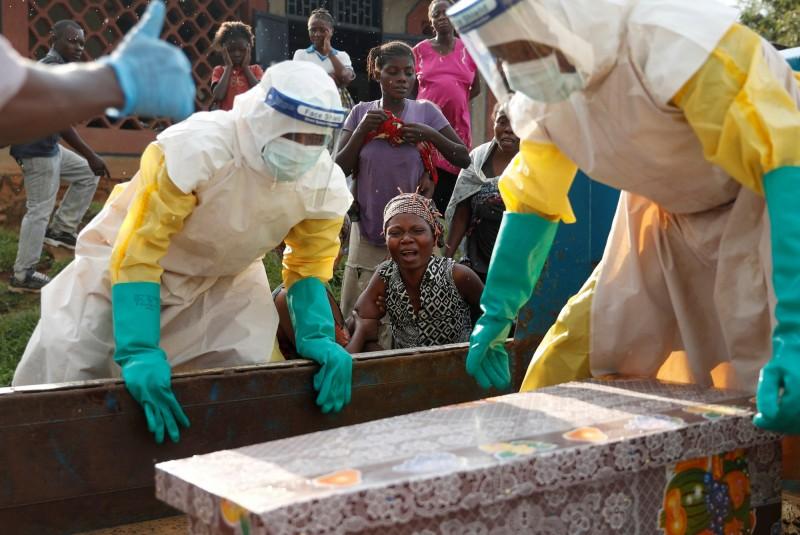 非洲剛果民主共和國發生史上第二大伊波拉疫情,死亡率達到60%左右,目前為止已有629人死亡。圖為剛果北基伍省貝尼鎮的婦女,看著因伊波拉去世的孩子入棺下葬。(路透)