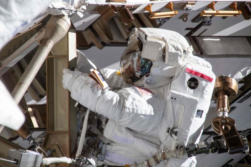 NASA原定在3月29日展開歷史上首次全女性太空漫步(艙外活動),孰料卻因為合身太空服不夠的原因突然取消,將改為一男一女進行太空漫步。(法新社)