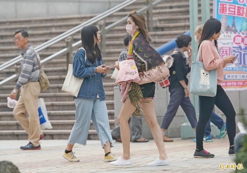 中央氣象局指出,今(26)日台灣附近降雨趨緩,各地陽光露臉、氣溫回升。(資料照)