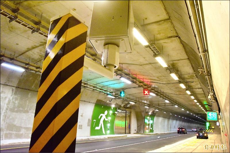 蘇花改東澳隧道南下、北上線各設有測速桿。圖為北上線測速桿。 (記者張議晨攝)