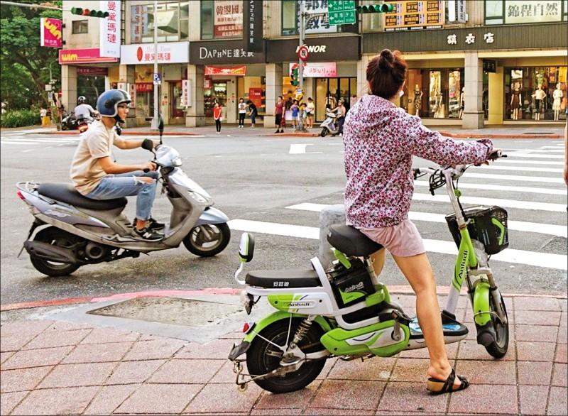 交通部擬修法將電動自行車納管,針對車輛改裝將明訂罰則,不改正要沒入車輛;圖中人物與新聞事件無關。(資料照)