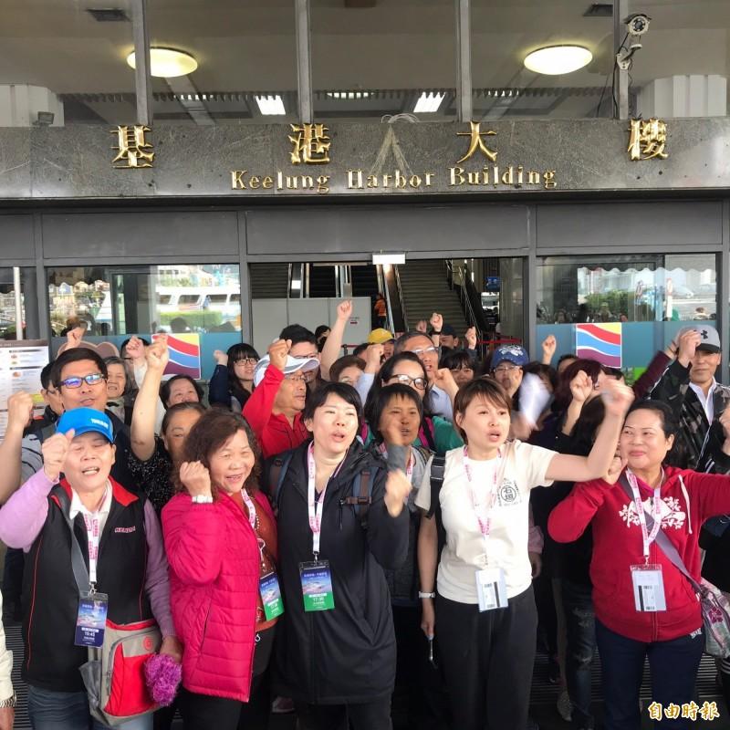旅客齊聚出關大廳門口,要求雄獅旅行社負責。(記者林欣漢攝)