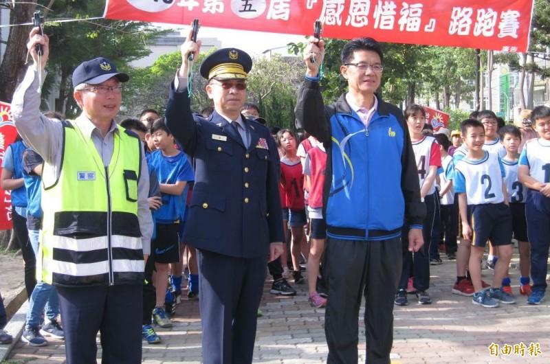 台南市佳里警分局長楊華中(前左二)。(資料照,記者楊金城攝)