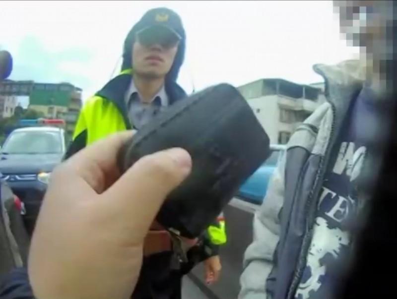 警方在詹男的駕駛座上起出裝有毒品的皮包(記者吳昇儒翻攝)