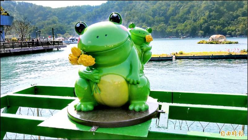 日月潭伊達邵也有Q版九蛙,模樣生動,成為碼頭區超夯打卡點。(記者劉濱銓攝)