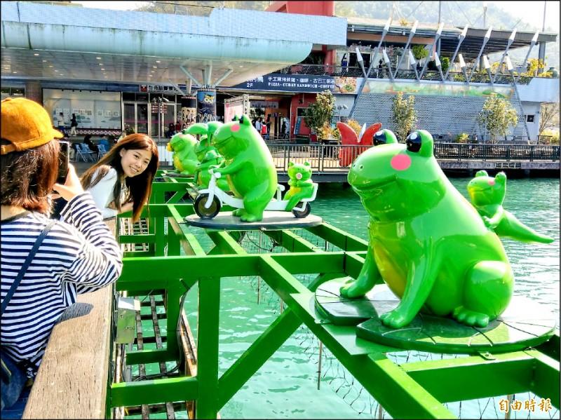 日月潭伊達邵也有Q版九蛙,每隻模樣生動,成為碼頭區超夯打卡點。(記者劉濱銓攝)