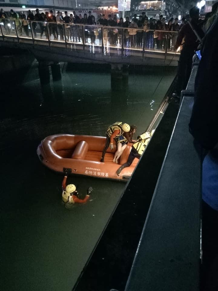 女子疑似想不開落海,被消防人員救起。(圖擷取自基隆人臉書社團)