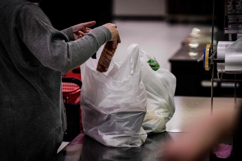 南韓環境部今(27)日宣布,全國大型零售商將在下個月起禁止使用一次性塑膠袋。(法新社)