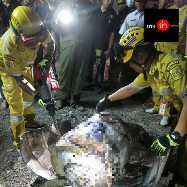 泰國警方近日在一個大油桶內發現一具腐爛的屍體。(圖擷取自臉書ล่า)