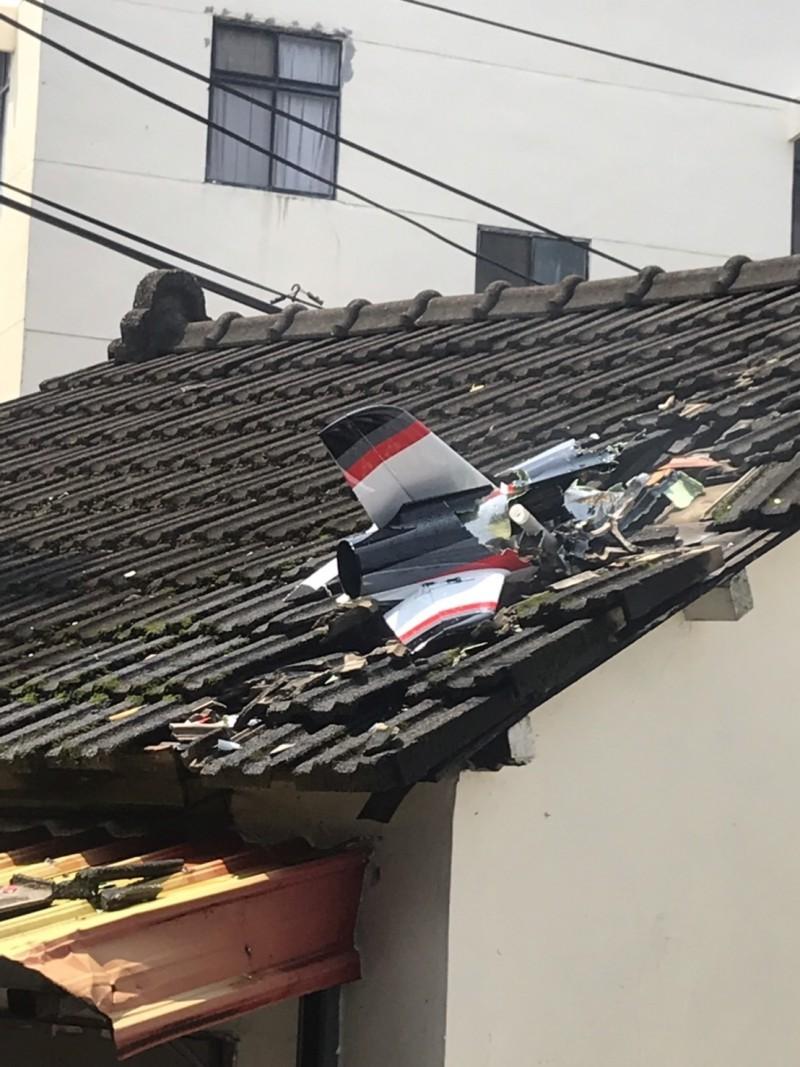 一台擬真機(遙控飛機),墜毀在苗栗市嘉盛里橋頭北社區的一戶磚瓦平房頂。(記者彭健禮翻攝)