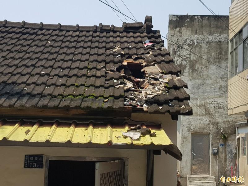一台擬真機(遙控飛機),墜毀在苗栗市嘉盛里橋頭北社區的一戶磚瓦平房頂。(記者彭健禮攝)
