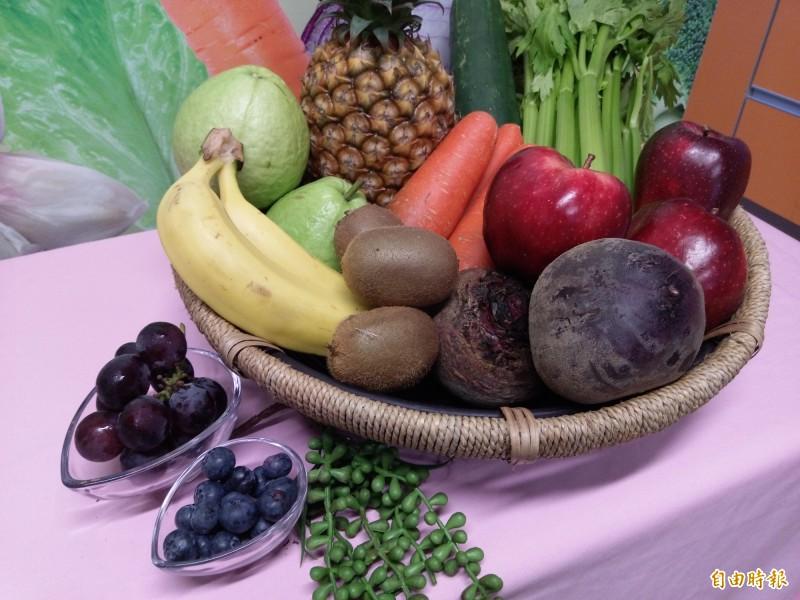 調查顯示,台灣全年級兒童的蔬菜水果和全榖攝取量都不足。(記者吳亮儀攝)