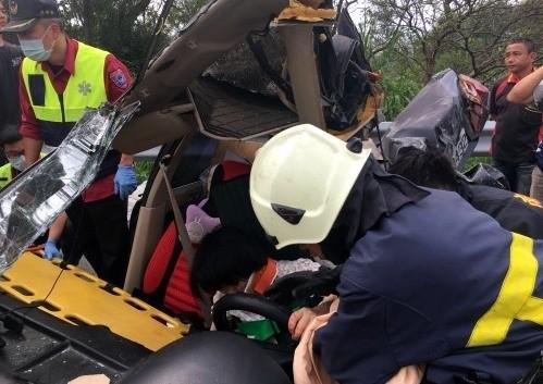 國道3號南投縣名間鄉路段發生車禍,消防人員利用破壞器材搶救。(記者謝介裕翻攝)