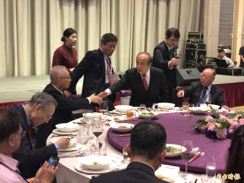 國民黨主席吳敦義、前立法院長王金平在晚宴上頻頻互動,但表情都不太自然。(記者陳昀攝)