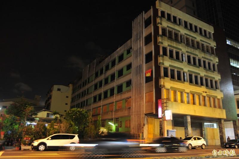 杏林醫院到了晚間四周一片黑戚戚,當地里長曾俊仁希望能利用公共設施的燈具,暫時點亮杏林醫院周遭。(記者王捷攝)