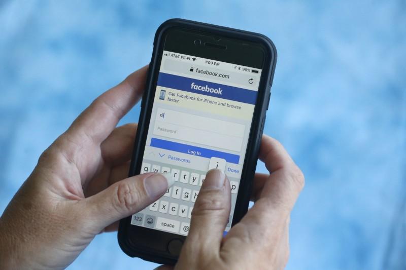 臉書(Facebook)公司日前承認在用戶不知情的情況下,將部分的用戶資料分享給華為、聯想(Lenovo)、OPPO及TCL共4家中國電信公司。(美聯社資料照)