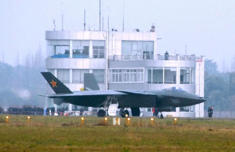 有軍事媒體針對中共解放軍第五代隱形戰機殲20指出,估計每架殲20成本約為13億人民幣(約60億台幣),每小時的飛行費則是50萬元人民幣(約230萬台幣)左右。(法新社)