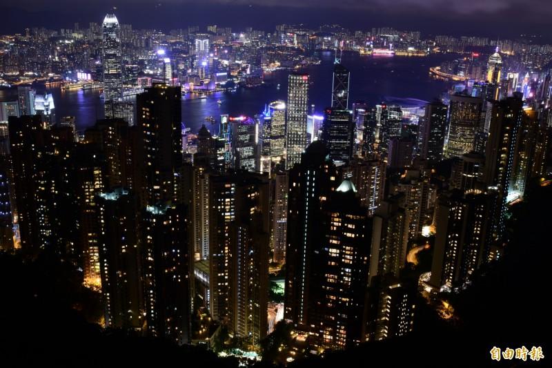 位於香港太平山頂的凌霄閣是知名的旅遊觀光景點,但今日下午驚傳有男子從該處的頂層觀景台墜落,由於高度落差約50米,男子墜落後當場傷重身亡。圖為凌霄閣觀景台俯瞰香港夜景,示意圖。(即時新聞組攝)