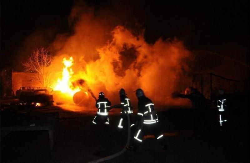 當地消防單位正在撲滅火勢。(圖擷自 ДСНС України 臉書)